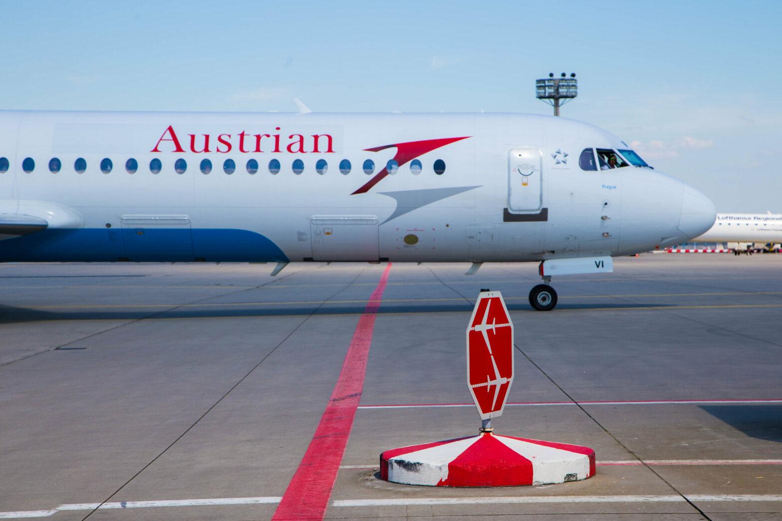 Eine Fokker 100 der Austrian Airlines am Flughafen Frankfurt