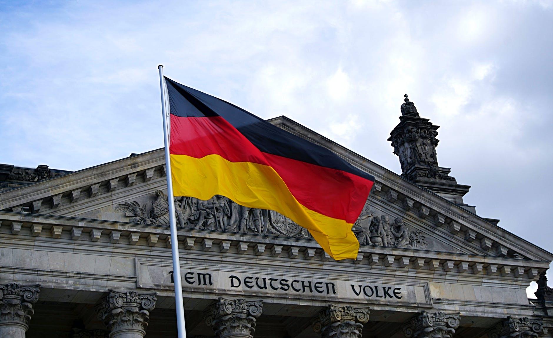 Die Deutsche Fahne vor dem deutschen Bundestag